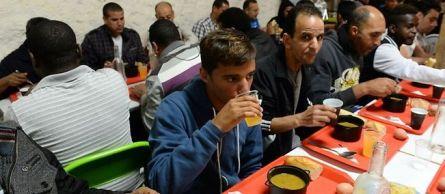 Pendant le ramadan, l'association Graine de solidarité à Bordeaux distribue jusqu'à 300 repas aux sans-abri, musulmans ou non.