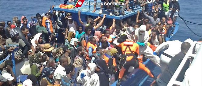 Une embarcation de migrants, secourus par les gardes-côtes italiens, le 22 août 2015.