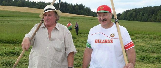 Le 22 juillet, Gérard Depardieu fait les foins avecle président de Biélorussie Alexandre Loukachenkodans sa résidence d'été.