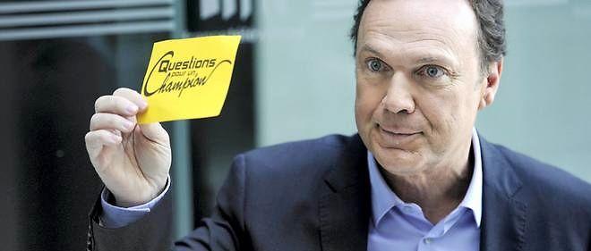 L'animateur Julien Lepers pose, le 31 août 2011 au siège du groupe France Télévisions à Paris, en marge de la conférence de rentrée du groupe.