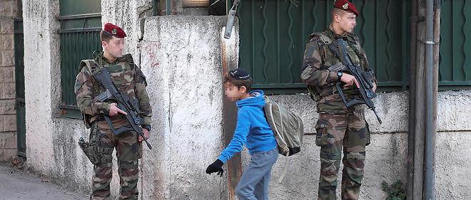 """Le président du Consistoire israélite de Marseille, Zvi Ammar, a """"incité"""" mardi les juifs de la ville à """"enlever la kippa dans cette période trouble, jusqu'à des jours meilleurs"""", au lendemain de l'agression à la machette d'un professeur juif."""