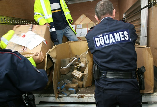Cinq douaniers ont été placés en garde à vue lundi à Paris en lien avec une affaire de stupéfiants
