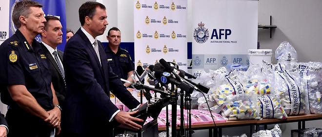 Le ministre de la Justice australien Michael Keenan (2nd R) pose devant la saisie record deméthamphétamine.