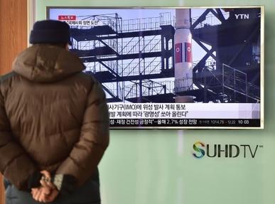 Un homme regarde la télévision qui évoque les tirs de missiles et de fusées de la Corée du Nord, le 3 février 2016 à Séoul