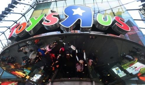 """L'entrée d'un magasin Toys""""R""""Us, à New York, dans le quartier de Times Square, le 24 décembre 2015"""