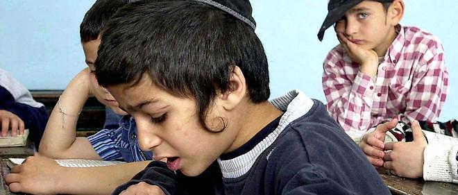 Un enfant en train d'étudier dans une yeshiva.