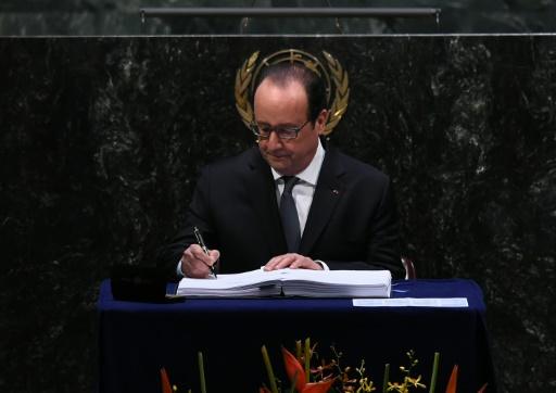 Le président français François Hollande signe l'accord sur le climat, à l'ONU à New York, le 22 avril 2016  © JEWEL SAMAD AFP