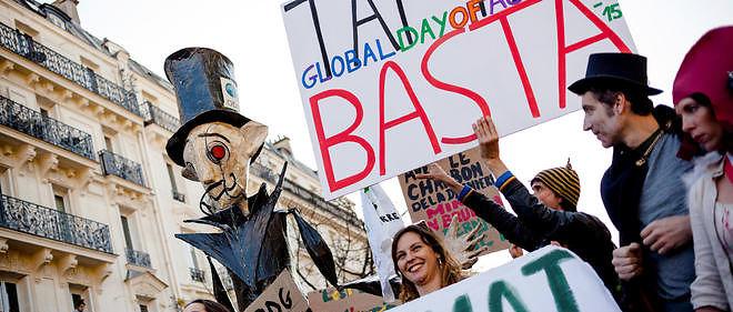 Des opposants au traité de libre-échange avec les États-Unis défilent à Paris le 18 avril.