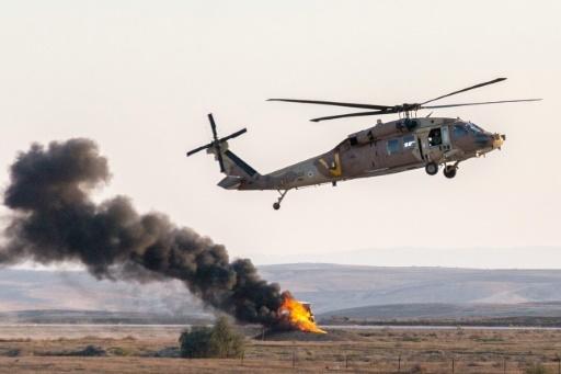 Un hélicoptère UH-60 Black Hawk israélien lors d'un show aérien le 31 décembre 2015 Hatzerim base in the Negev desert, près de Beersheva (Israël)