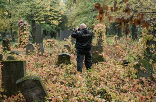 """Willi Gabler, un """"chasseur des fantômes"""" sur le cimetière central de Vienne, le 20 octobre 2016 © JOE KLAMAR AFP"""
