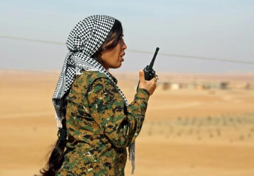 Rojda Felat, cheffe des unités féminines de protection des femmes kurdes (YPJ), donne des ordres par walkie-talkie dans le village de Mazraat Khaled, à environ 40 km de la capitale de Raqa, le 9 novembre 2016 © delil souleiman AFP