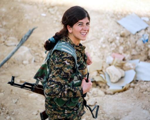 Une membre de l'unité de protection des femmes kurdes (YPJ), donne des ordres par talkie-walkie dans le village de Mazraat Khaled, à environ 40 km de Raqa, le 9 novembre 2016 © delil souleiman AFP