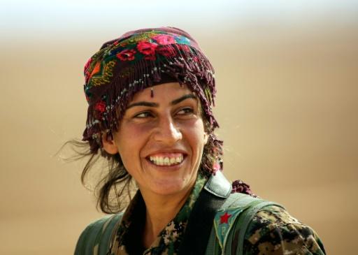 Chirine, 25 ans, membre des unités de protection de la femme kurde (YPJ) près du village syrien de Mazraat Khaled, à environ 40 km de Raqa, le 9 novembre 2016 © delil souleiman AFP