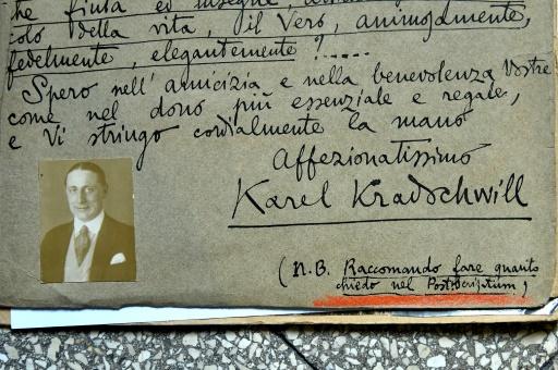 Document qui appartenait au policier italien Giuseppe Dosi (1891-1991), passé maître dans l'art du déguisement, le 3 décembre 2016 © ALBERTO PIZZOLI AFP