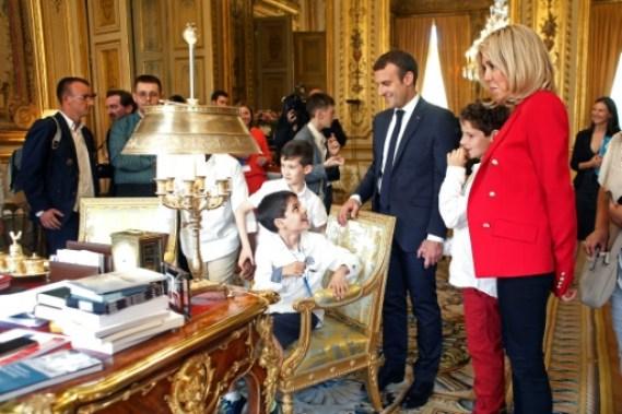 Le président Emmanuel Macron et son épouse Brigitte font visiter l'Elysée à de jeunes autistes, le 6 juillet 2017 © Thibault Camus POOL/AFP