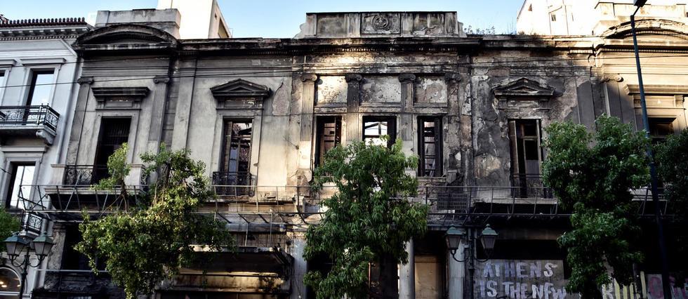 Une loi de 1983 oblige normalement les propriétaires de bâtiments néoclassiques à garantir leur préservation, mais la crise de 2010 a mis un coup d'arrêt aux crédits.