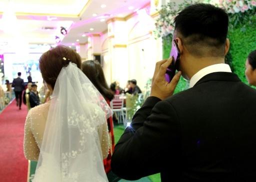 Huong et Quan pendant leur fête de mariage le 23 janvier 2018 à Hanoï © Nhac Nguyen AFP