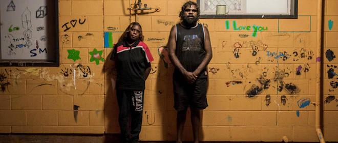 """Reportage du NY Times dans l'arrière-pays australien. Dans son édito, la rédactrice en chef de National Geographic s""""effare d'une légende de photos d'Aborigènes dans un article de 1916 : « Ces sauvages se classent parmi les moins intelligents de tous les êtres humains. »"""