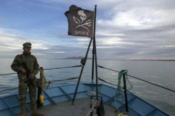 Le bateau M/V John Paul Dejoria dans la baie de San Felipe avec à son bord des policiers et des soldats armés, le 7 mars 2018, dans le cadre d'une opération de protection de l'environnement © GUILLERMO ARIAS AFP