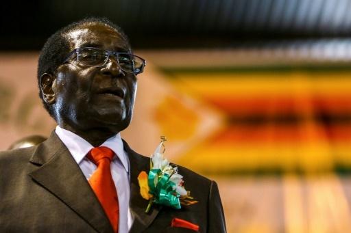 L'ancien président du Zimbabwe, Robert Mugabe, s'adresse à des anciens combattants le 7 avril 2016 à Harare. © Jekesai NJIKIZANA AFP/Archives