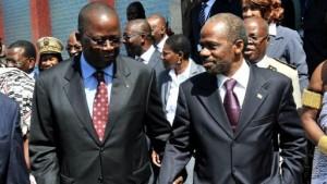 L'ex Premier ministre ivoirien Jeannot Ahoussou-Kouadio et Danon Djedje (FPI), à Grand-Bassam le 27 avril 2012 (Ph: archives)