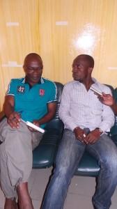 M. Roger Youan à gauche répondant aux questions de Seriba Koné
