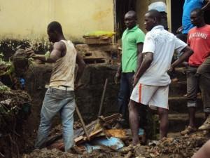 Les riverains cherchent ce qu'ils peuvent sauver sous les décombres (Ph: O.B)