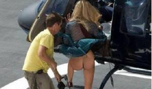 Une photo embarrassante de Valérie Trierweiler alors qu'elle montait à bord d'un hélicoptère et que le vent soulevait sa robe (Ph:Dr)