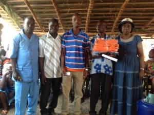 Le président des jeunes de Kpanleu, entre ses mains le jeu de maillots aux côtés de la donatrice Kayo Slaha Clarisse épouse Mahi (Ph :Dr)