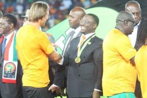 Chaude poignée de mains entre le coach des Eléphants, Herve Renard et le représentant du Chef de l'Etat, le PAN Guillaume Soro (Ph:Dr)