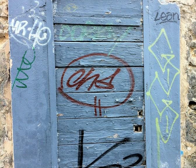 Graffitis sur une porte
