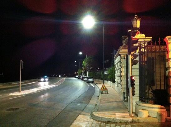 La Corniche la nuit. Réverbération du feu sur la chaussée et dans le système optique. Photo Michel Lafaye.