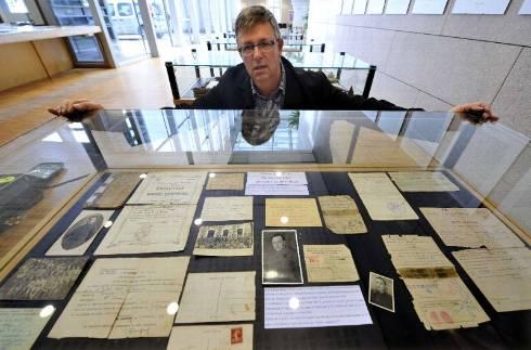 Laurent Bourdelas a suivi dans les archives familiales les traces de ses grands-pères, arrière-grand-père et grand-oncle.? - photo thomas jouhannaud