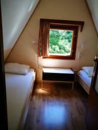 la chambre avec deux lits individuels