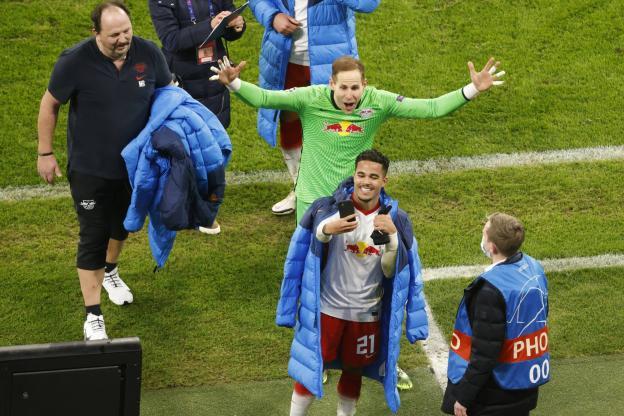 Auteur du 3e but de Leipzig, Justin Kluivert prend un selfie avec son gardien Peter Gulacsi après la victoire contre MU (3-2), synonyme de qualification pour les 8es de finale. (Odd Andersen/Reuters)