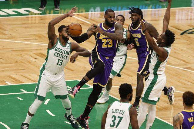 LeBron James et les Los Angeles Lakers ont bataillé pour venir à bout des Boston Celtics. (Winslow Townson/Reuters)