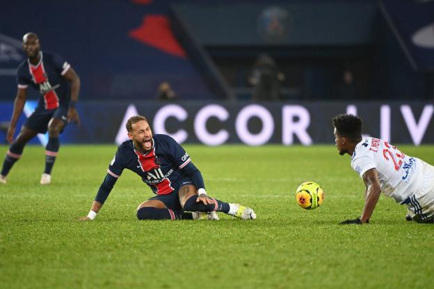 Neymar taclé et blessé par Thiago Mendes à la fin de PSG-OL. (P. Lahalle/L'Équipe)
