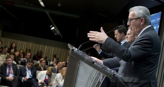 L'annonce de Jean-Claude Juncker de ne pas soumettre au vote des Parlements nationaux l'accord de libre-échange entre l'UE et le Canada (CETA) a fait désordre mardi au Sommet européen. (Photo AP)