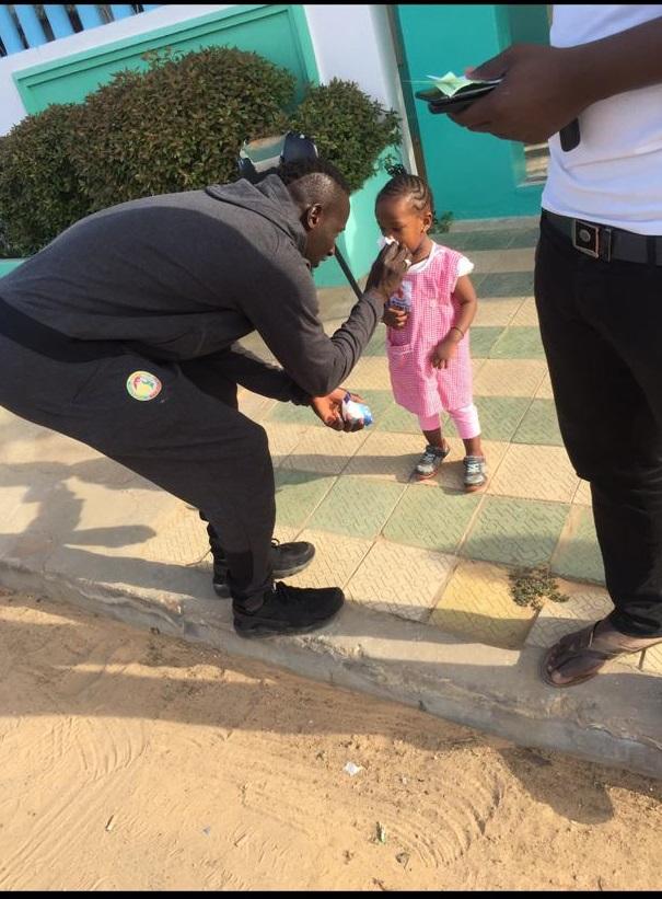PHOTOS - L'international Famara Diédhiou a fait un tour dans quelques écoles au chevet des mômes à Dakar suit à son triplet d'hier