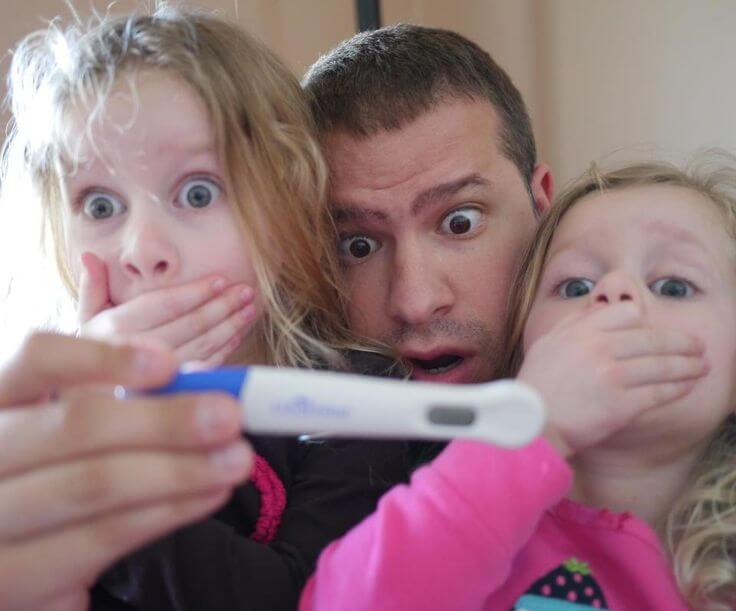 future papa surpris par test de grossesse positif