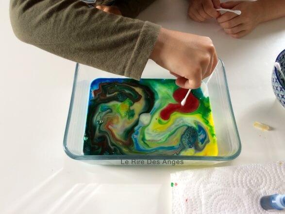 tourbillons colores dans du lait
