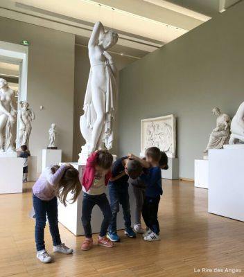 imiter les statues au musée