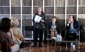Otília Lage apresenta o volume; sentada, Maria do Carmo Castelo Branco - prefaciadora da obra