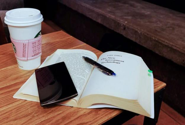 Buch mit Smartphone