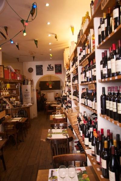 8 rue de maubeuge, les vins rouges et la table d'hôtes au fond