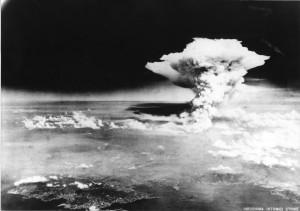 Le nuage en forme de champignon après le largage de la bombe atomique sur Hiroshima, au Japon, le 6 août 1945.
