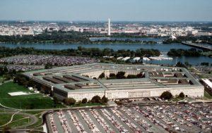 Le Pentagone, quartier général du Département de la Défense américain, vue de la rivière Potomac, et Washington D.C. en arrière-plan. (Photo du Département de la Défense)