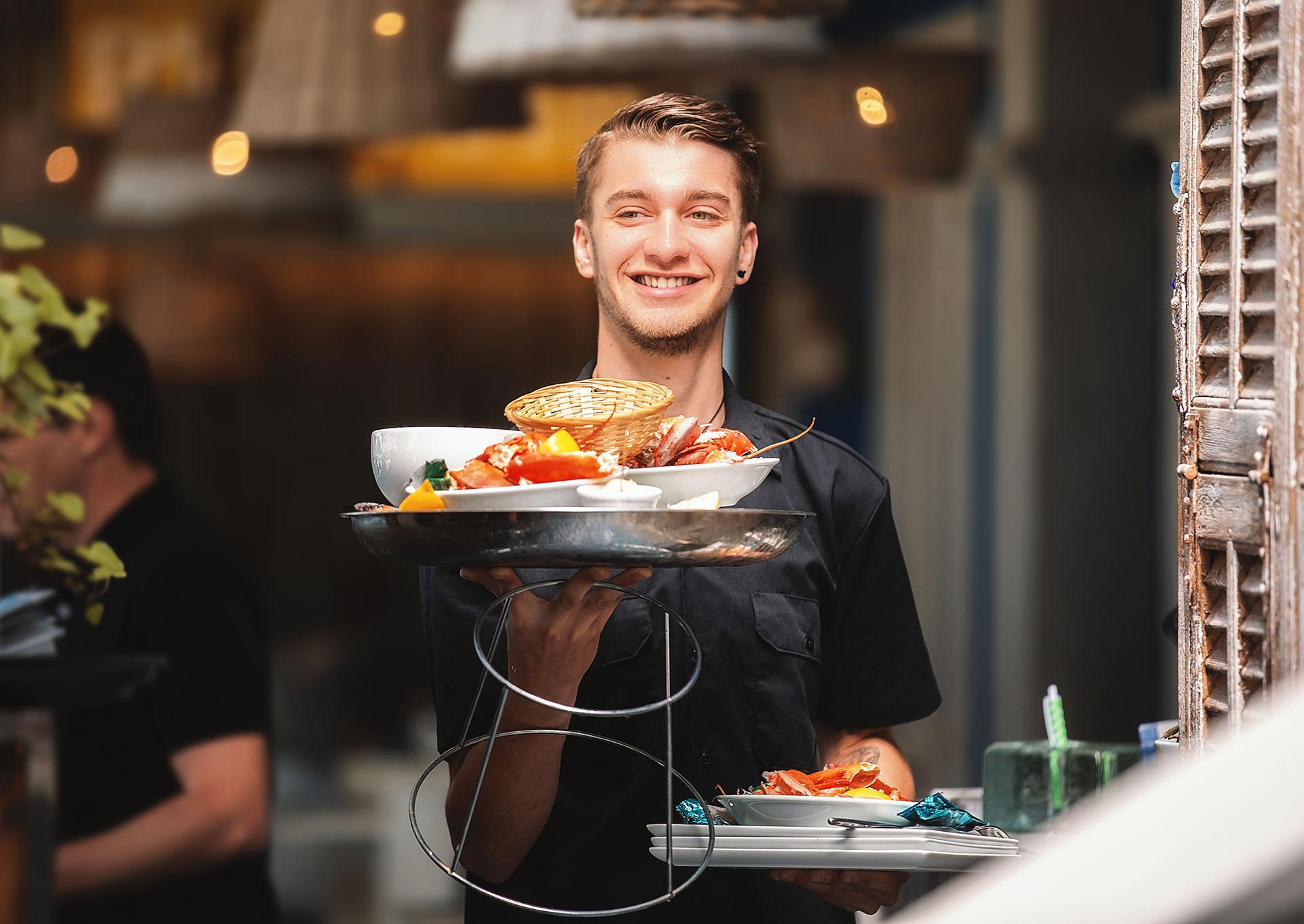 Restaurant-Les-Planches-Argeles-sur-Mer-Specialite-Poissons-Fruits-de-Mer-Serveur-Service-Plateau