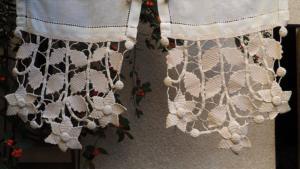 une paire de rideaux anciens crochet d art