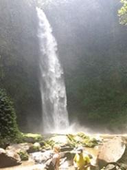 Découvrir Bali autrement : cascade de plaisir, histoire d'O. Pierrick et Svetlana